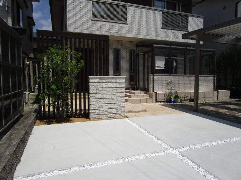 高山市:アプローチ(平板舗装)目隠しスクリーン 門柱 土間コンクリート 植栽