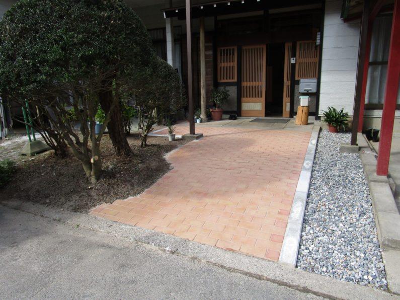 高山市:玄関前アプローチ(インターロッキング)