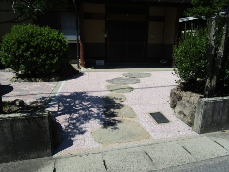 高山市:玄関前アプローチ(透水性平板)
